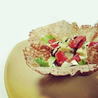 Ensalada de aguacate y tomate de l'horta con queso fresco