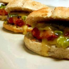 Mini hamburguesas de ternera y chorizo con crema de queso al moscatel