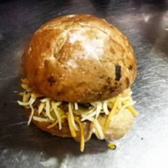 Bocadillo de lomo láminado con patatlillas y rayadura de 4 quesos